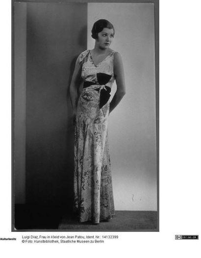 Jean PATOU, circa 1930 ROBE composée de panneaux travaillés en biais en mousseline...