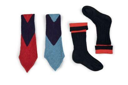 Jean PATOU, circa 1930 DEUX CRAVATES en gaze de laine bicolore rouge, marine et bleu....