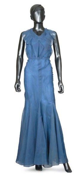 JEAN PATOU, circa 1933/35 ROBE DU SOIR en organza de soie bleu, encolure en pointe...