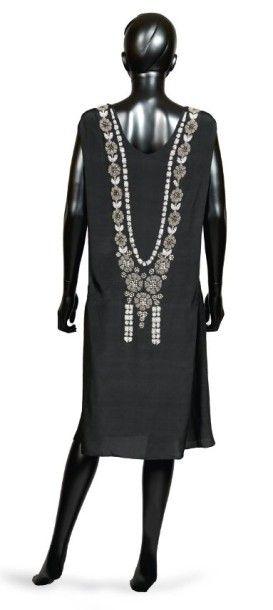 JEAN PATOU, 1923 Téhéran ROBE DU SOIR en crêpe de soie noire rebrodée de perles de...