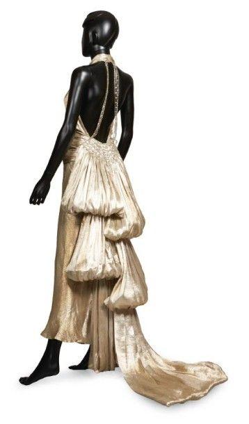JEAN PATOU, circa 1938 ROBE GRAND SOIR en soie lamée or, encolure américaine agrémentée...