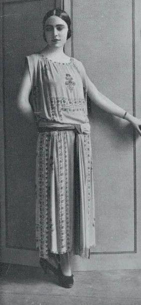JEAN PATOU, 1923 Musardise ROBE en crêpe de chine parme rebrodée de perles de verre...