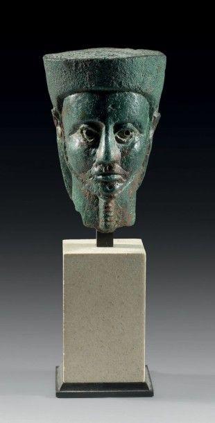 TÊTE ÉGYPTISANTE. Grande tête de statuette...