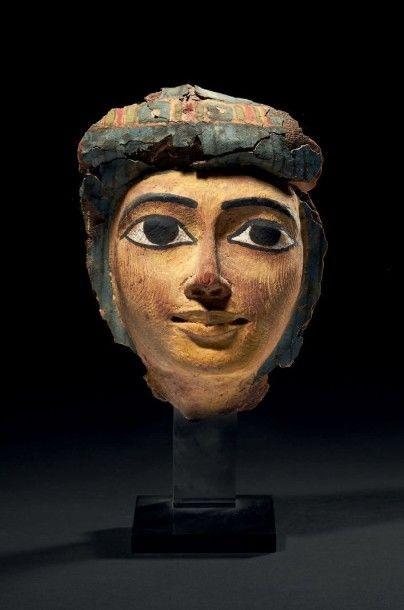 MASQUE DE SARCOPHAGE. Masque de sarcophage féminin, à la carnation jaune, les yeux...