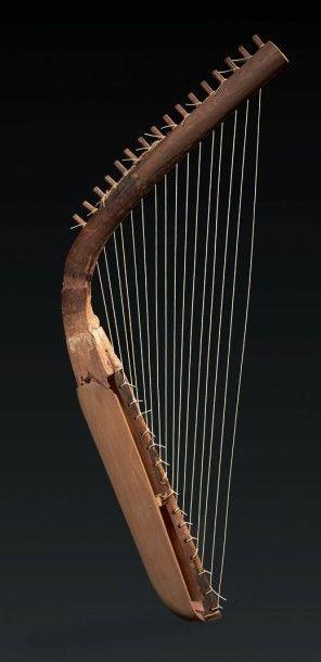HARPE DU NOUVEL EMPIRE. Très rare harpe cintrée...