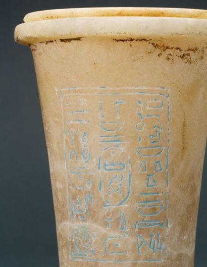 VASE DE FONDATION AU NOM DE THOUTMÔSIS III. Vase à corps tronconique reposant sur...