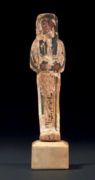 SHAOUABTI. Il est momiforme, coiffé de la perruque tripartite. Les jambes sont peintes...