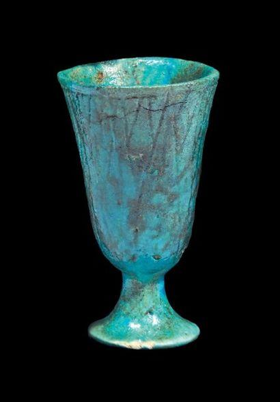 COUPE CALICE. Calice en forme de lotus bleu...