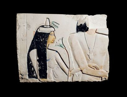 COUPLE DE DIGNITAIRES. Relief sculpté d'un...