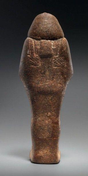 SHAOUABTI DU ROI TAHARQA (690-664 AV. J.-C.).Il est momiforne, coiffé de la perruque...