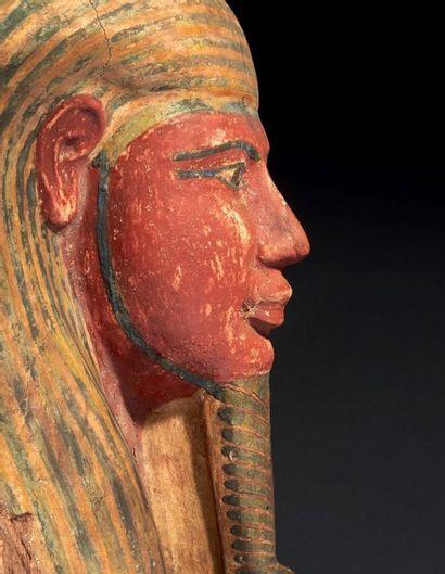 HAUT DE COUVERCLE DE SARCOPHAGE AU NOM DE HORSAISET NÉ DE IRTYROU. Masque de sarcophage...