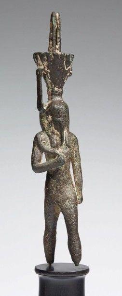 STATUETTE DE NÉFERTOUM. Grande statuette votive représentant le dieu Néfertoum....