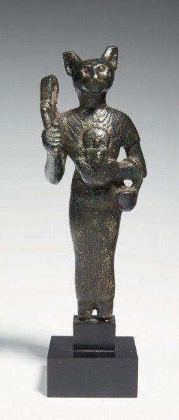 STATUETTE DE BASTET. Statuette votive représentant la déesse Bastet à corps féminin...