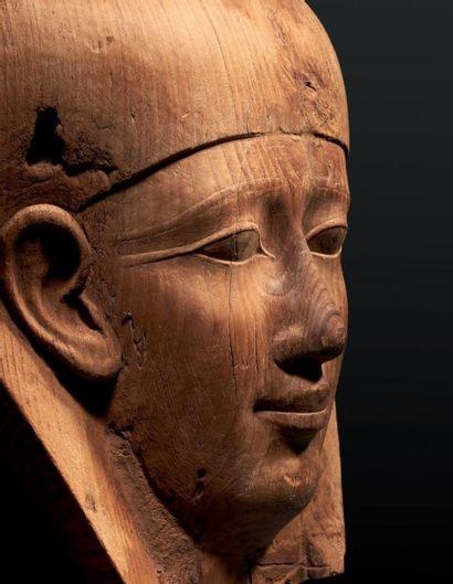 MASQUE DE SARCOPHAGE. Masque de sarcophage représentant le visage d'un homme aux...