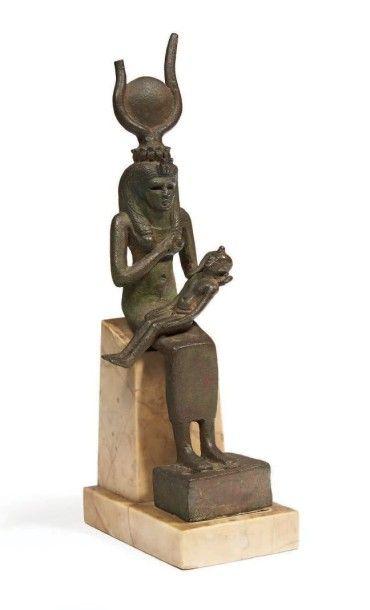 ISIS LACTANS. Grande statuette votive représentant...