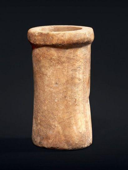 VASE cylindrique légèrement concave, le lèvre en bourrelet. Albâtre. Égypte, Ancien...