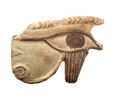 OEIL OUDJAT. Grande amulette bicolore représentant...