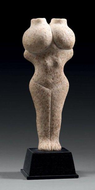 FEMME AUX AMPHORES. Très rare statuette représentant...