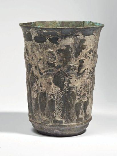 VASE AUX HÉROS. Vase cylindrique, légèrement...