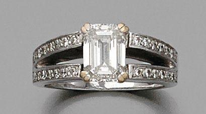 BAGUE en or gris, ornée d'un diamant de forme...
