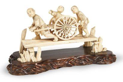 OKIMONO en ivoire et ivoire marin, pêcheur...