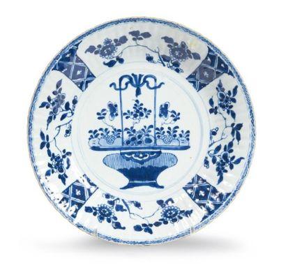 PLAT en porcelaine décorée en bleu sous couverte...