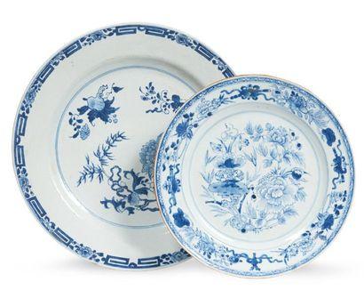 DEUX PLATS en porcelaine décorée en bleu...