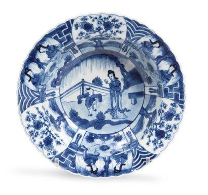 JATTE de forme polylobée en porcelaine décorée...