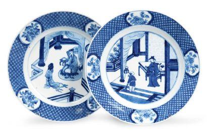 DEUX ASSIETTES en porcelaine décorée en bleu...