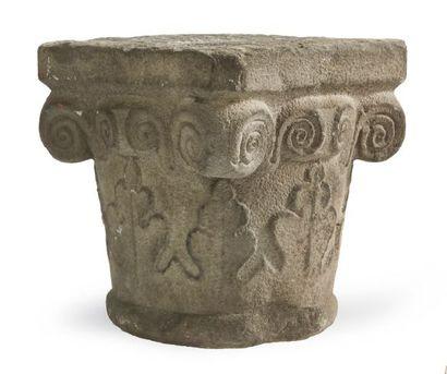 CHAPITEAU en pierre calcaire sculptée; corbeille...