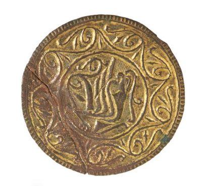 MÉDAILLON en cuivre gravé et doré, pendant...