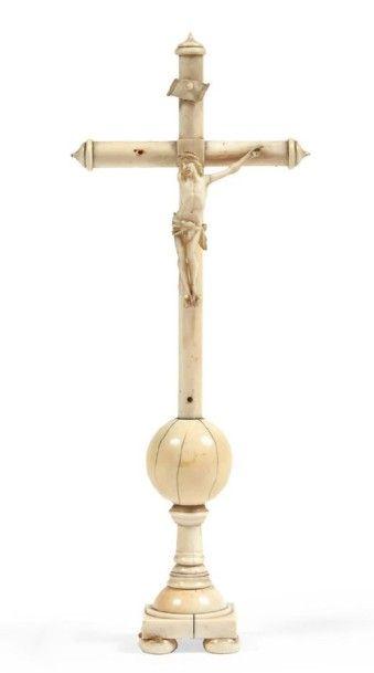 CRUCIFIX en ivoire, croix montée sur une...