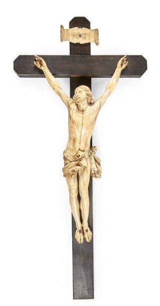 CRUCIFIX avec beau Christ vivant en ivoire...