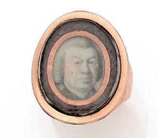 BAGUE en or rose 9K, ornée d'une miniature en grisaille représentant un gentilhomme...