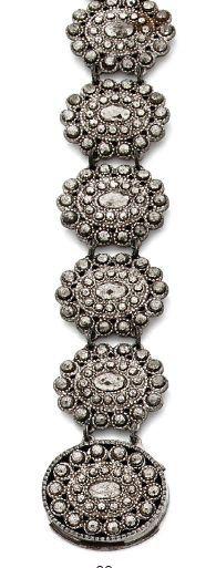 BRACELET en acier, composé de médaillons ovales «cloutés» de motifs d'acier facettés....