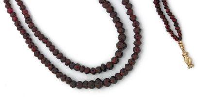COLLIER de deux rangs de perles facettées...