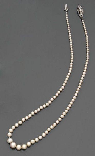 COLLIER de 109 perles fines en chute et une...