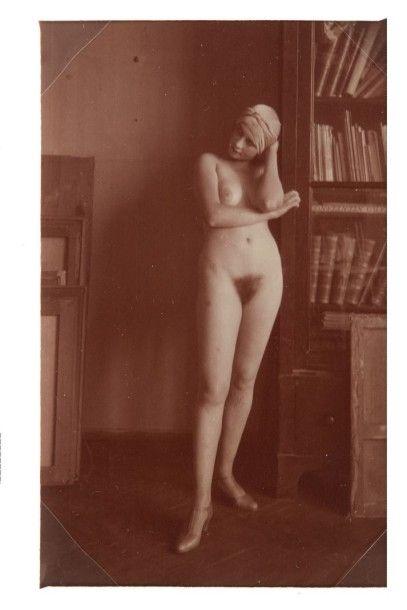 VLADIMIR V. LEBEDEV (1891-1967) Portrait de femme St Petersbourg, vers 1925