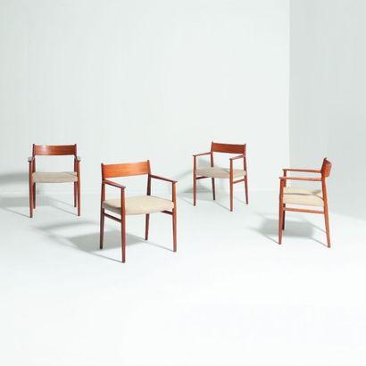 ARNE VODDER (1926-2009) Danemark Suite de quatre chaises Teck et tissu Édition Sibast...