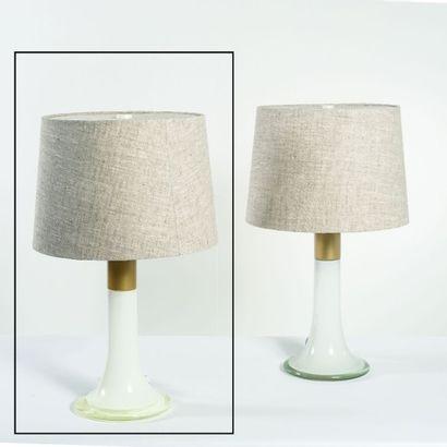 LISA JOHANSSON PAPE (1907-1989) Finlande Lampe de table Verre opalin, acier et tissu...