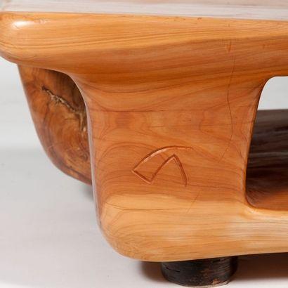 CARLOS ARMINO (NÉ EN 1954) Pièce unique Table basse à double plateau Cyprès Monogrammée...