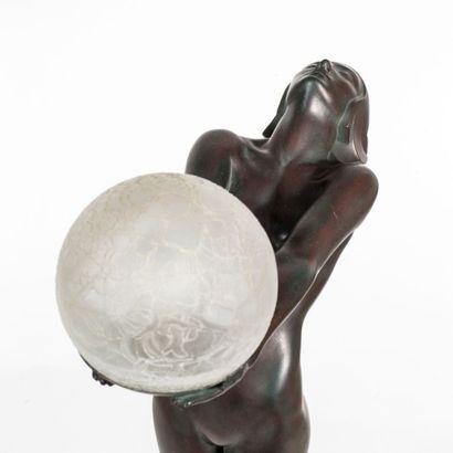 MAX LE VERRIER (1891-1973) Lampe modèle «Clarté» Fonte, marbre et verre Édition Max...