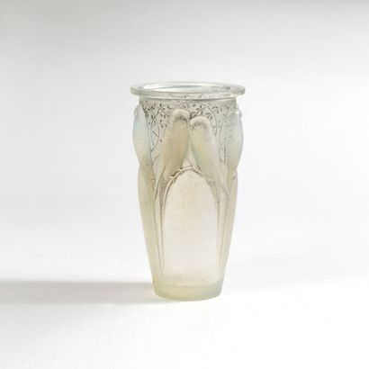 RENE LALIQUE (1860-1945) Vase aux perruches Verre soufflé et moulé Signé Vers 1930...
