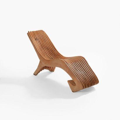 CARLOS ARMINO (NÉ EN 1954) Pièce unique Chaise longue Frêne Monogrammée 2004 H_82...