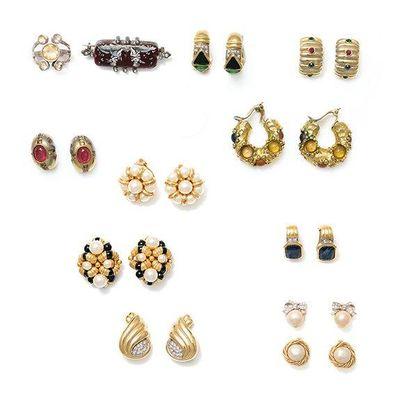 Lot de bijoux comprenant: une paire de clips...