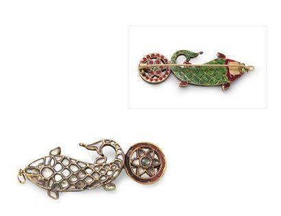 Pendentif-broche en or représentant un poisson,...