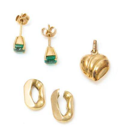 Lot de bijoux et bris d'or jaune 18K. Poids...