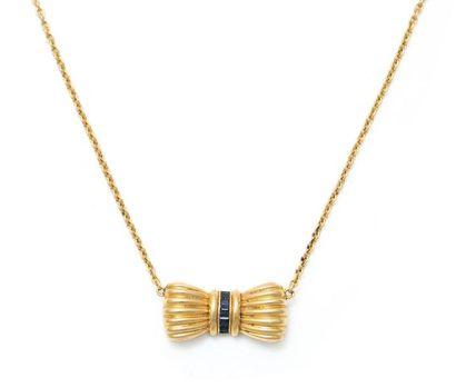 Collier en or jaune 18K orné d'un noeud serti...