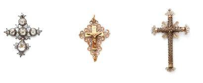Suite de trois croix pendentifs: la première...
