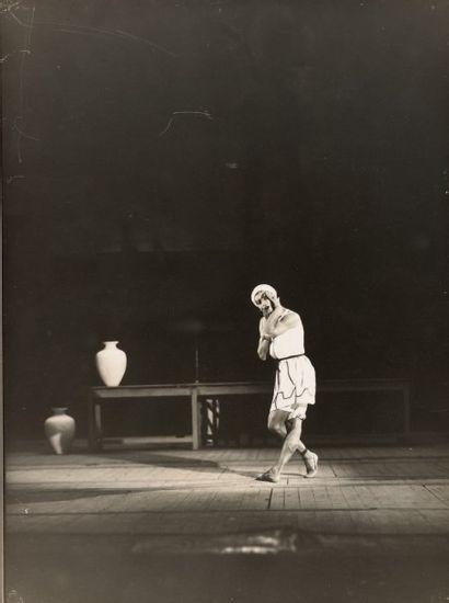 BORIS LIPNITZKI Serge Lifar dans le Fils Prodigue, 1929 2 tirages argentiques de...
